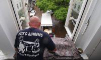 Heiko Behrens transportiert mit einem Umzugslift Möbel in einen LKW