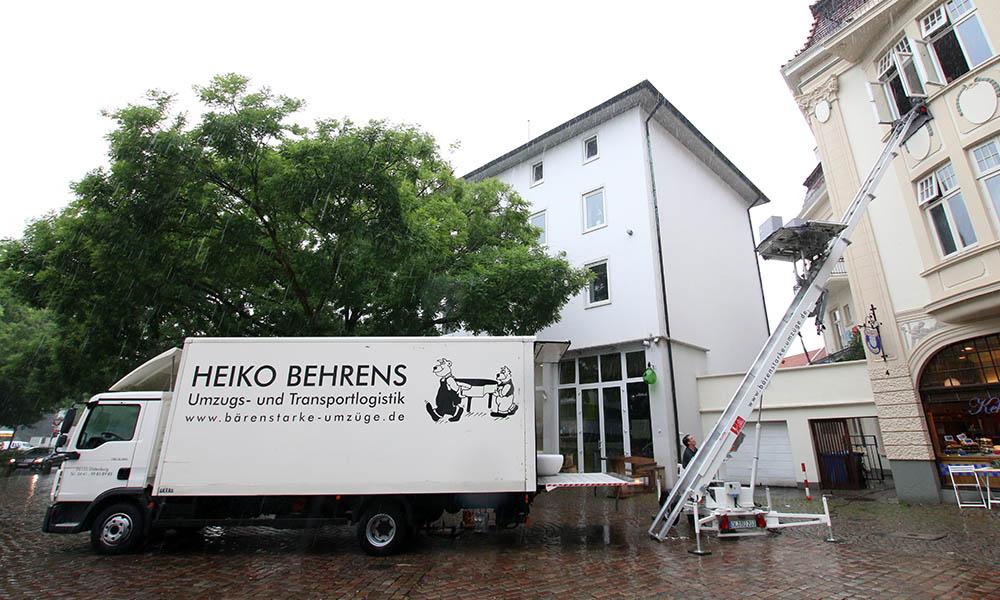 Möbel werden von einem Umzuglift in einen LKW geladen