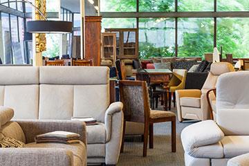 Sofas, Stühle und Schränke aufgestellt in einem Raum